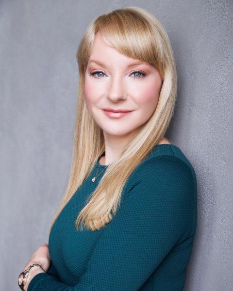 Headshot of comedian Jessica Holmes